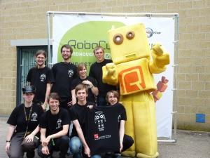 Teamfoto mit Maskottchen